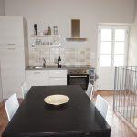 Kjøkkenet har det som trengs av utstyr og utgang til balkong