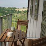 En liten balkong i tillegg til uteplassen er perfrekt for en kopp kaffe eller et glass vin